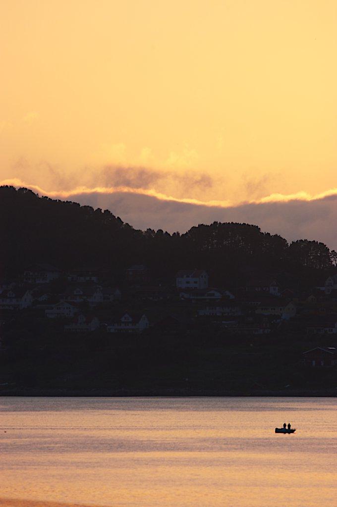 Fritidsfiske i solnedgang.