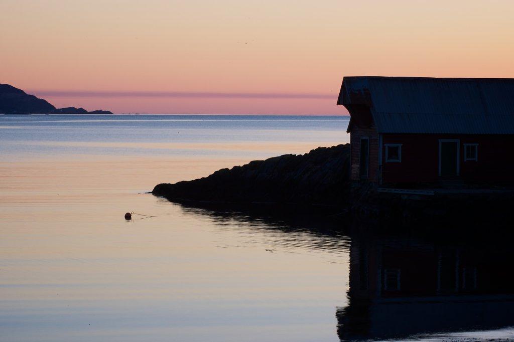 Naust i solnedgang.